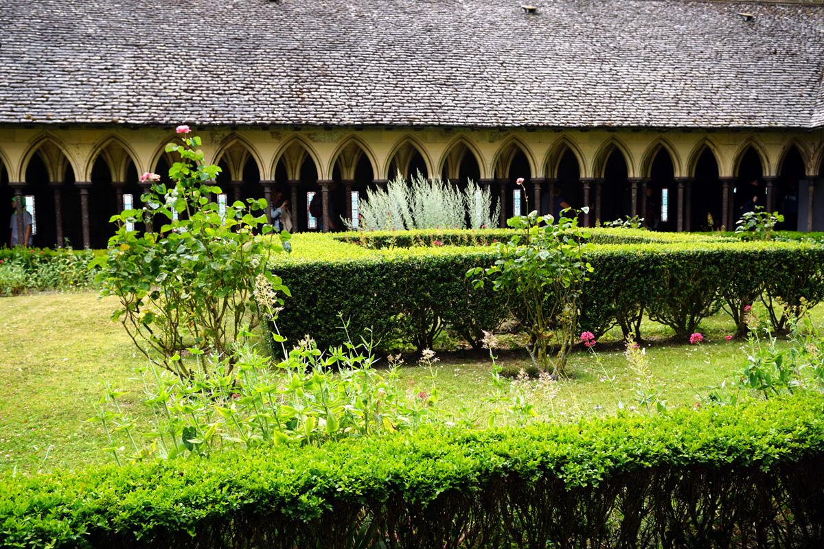 修道院のてっぺんに中庭